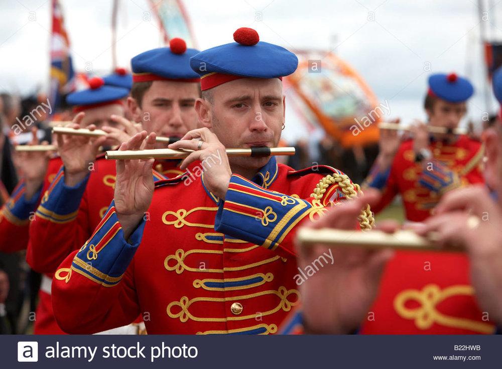 members-of-a-loyalist-flute-band-playing-during-12th-july-orangeman-B22HWB.jpg